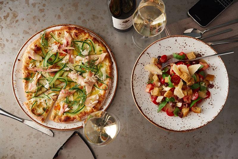 Pizza und Salat