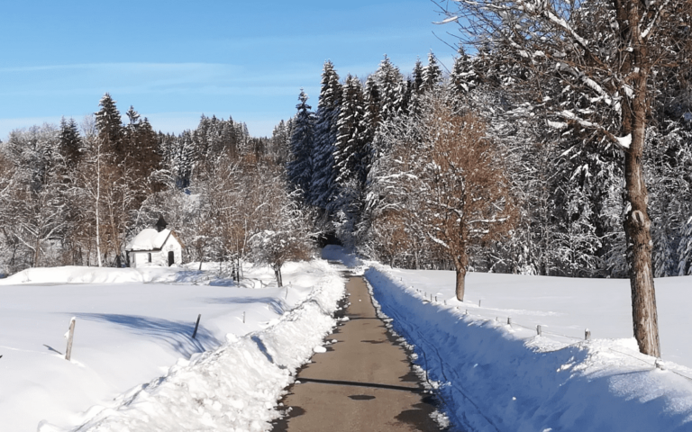 Weihnachtszeit Schnee mit Kirche